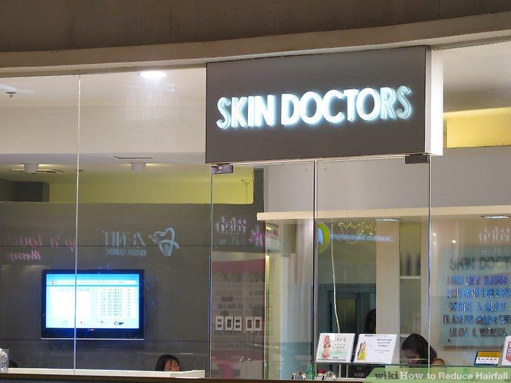 Bei starkem Haarausfall einen Arzt aufsuchen.
