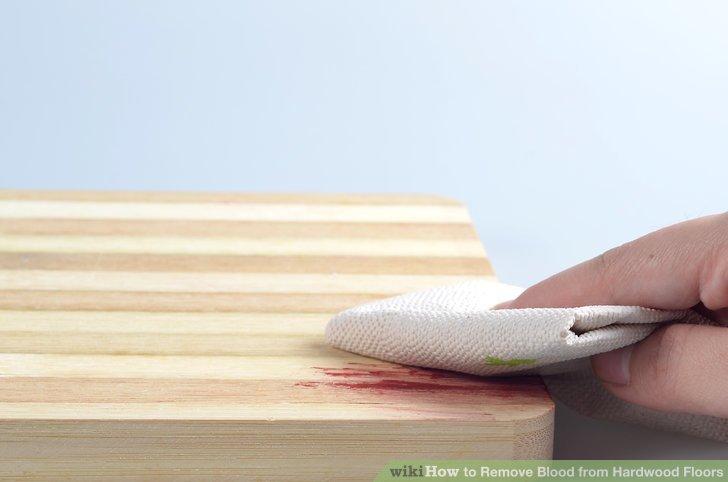 Das überschüssige Blut mit einem trockenen Tuch oder Papiertuch auf dem Parkett tupfen.