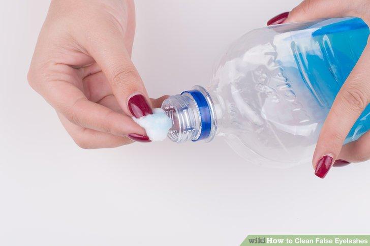 Tauchen Sie einen frischen Wattestäbchen in Alkohol ein und wischen Sie den Wimpernstreifen ab.