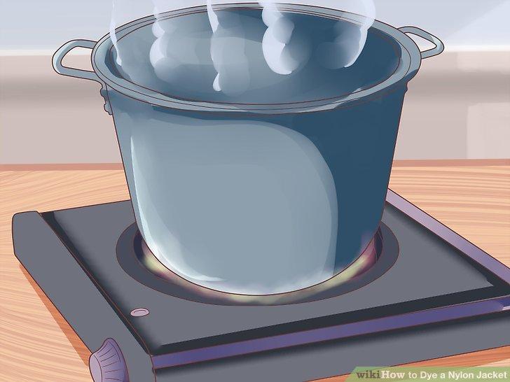 Einen großen Topf mit Wasser erhitzen.