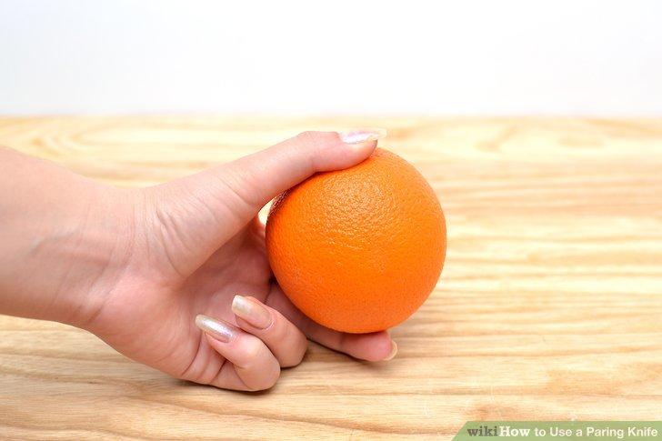 Halten Sie die Früchte in Ihrer freien Hand.