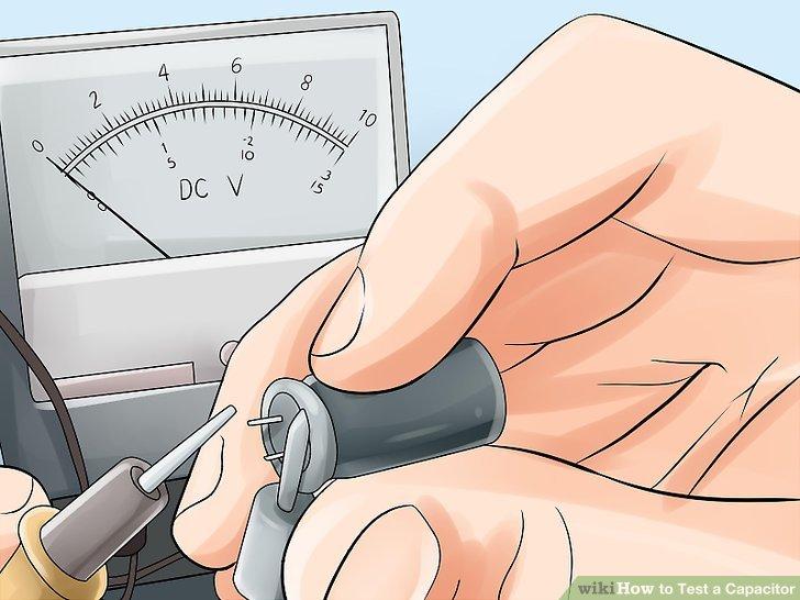 Verbinden Sie die Voltmeter-Kabel mit dem Kondensator.