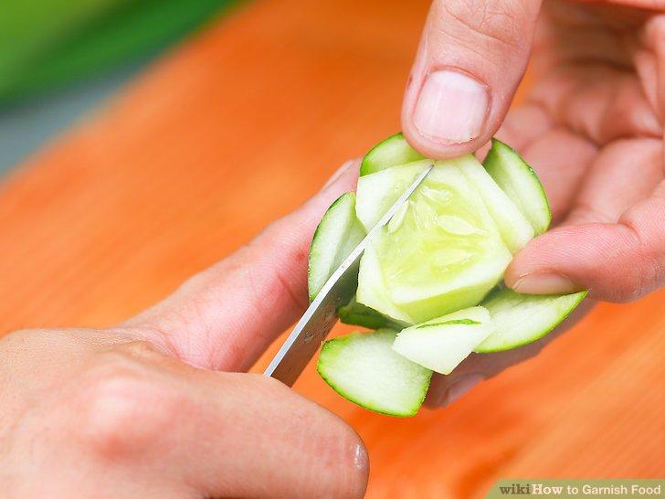 Erstellen Sie eine Blume aus einer Karotte oder Gurke.