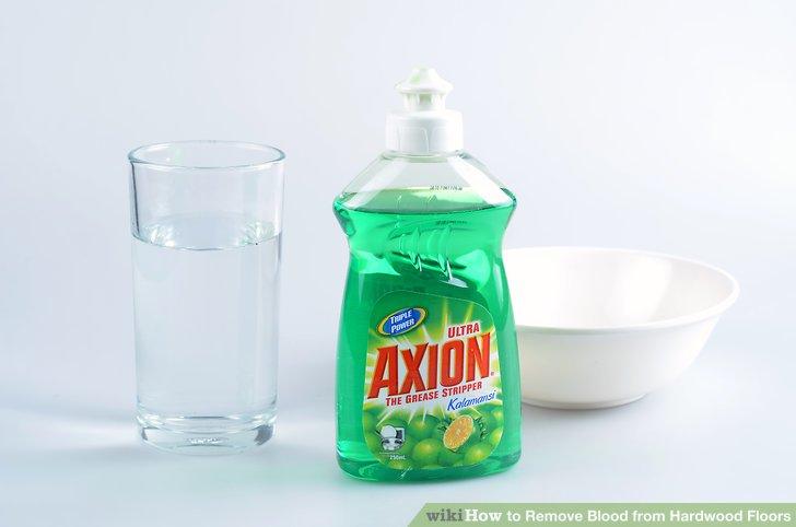 Mischen Sie 1/2 Esslöffel flüssiges Geschirrspülmittel mit 1 Tasse kaltem Wasser in einer kleinen Schüssel, um eine Reinigungslösung herzustellen.