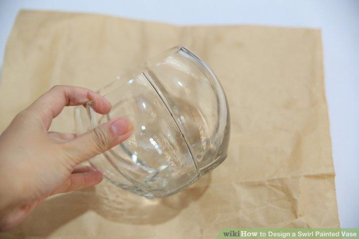 Gießen Sie die erste Farbe in die Vase.