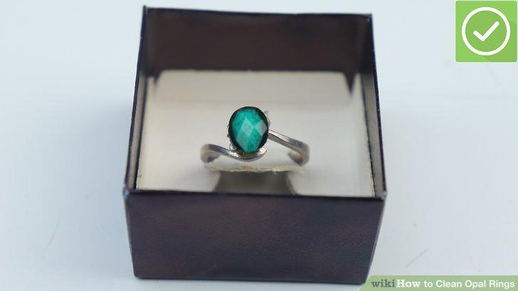 Befeuchten Sie ein weiches Tuch mit der Lösung und wischen Sie den Ring vorsichtig ab.
