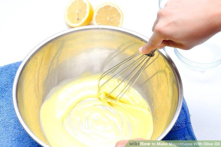 Beobachten Sie die Eier und das Öl, um sicherzustellen, dass die Emulsion erfolgreich ist.