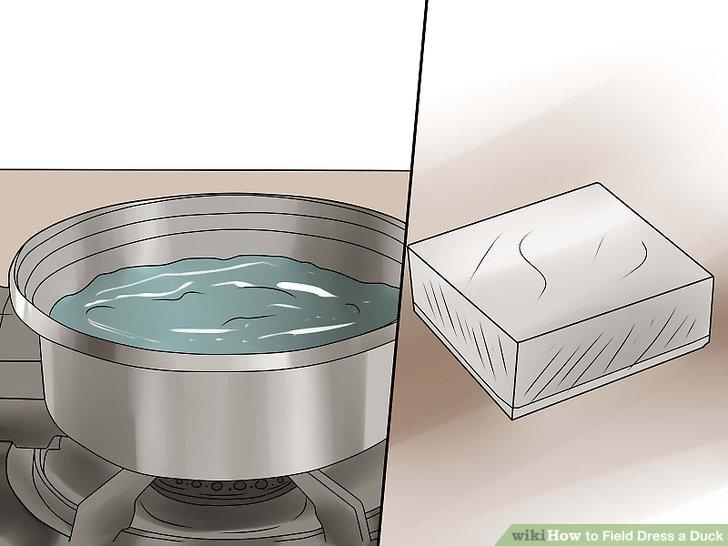 Erhitzen Sie Wasser und Paraffinwachs, um die Vögel zu tauchen und die Daunen zu entfernen.
