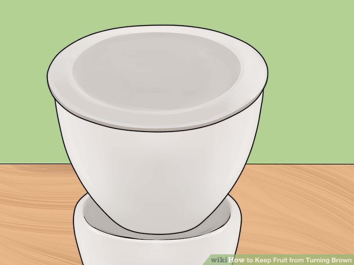 Die Zitronensaft-Wasser-Mischung aus der Obstschale ablassen oder in einen anderen Behälter geben.
