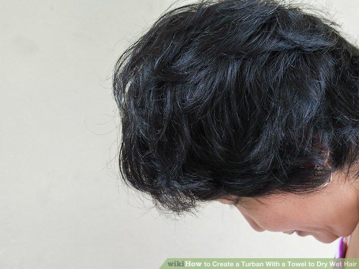 Bücken Sie sich in der Taille, damit Ihre Haare hängen bleiben.