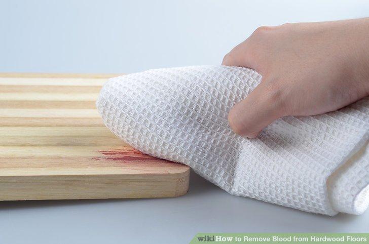 Reinigen Sie den Blutfleck vorsichtig mit dem Tuch.