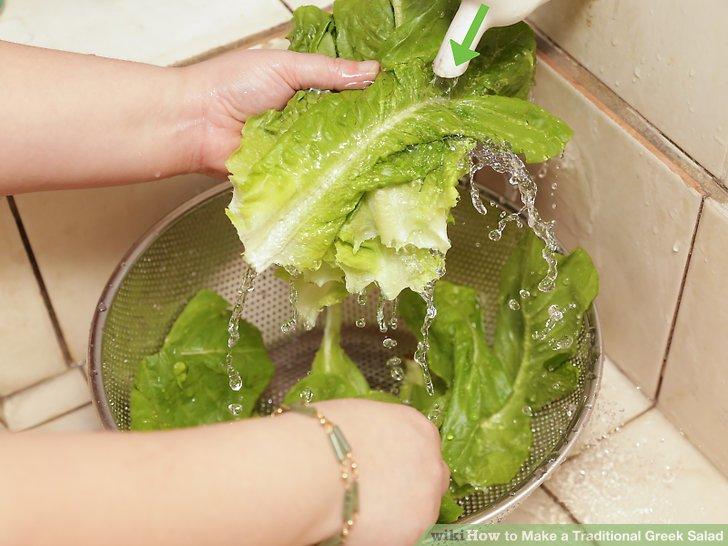 Bereiten Sie die Basis für Ihren griechischen Salat vor.
