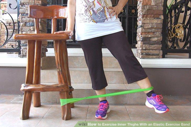 Ziehen Sie das am Gummiband befestigte Bein gerade über das äußere Bein, und bringen Sie das Bein dann wieder in die Ausgangsposition zurück.