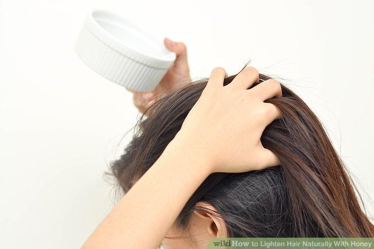 Tragen Sie die Honigmischung auf Ihr Haar auf.