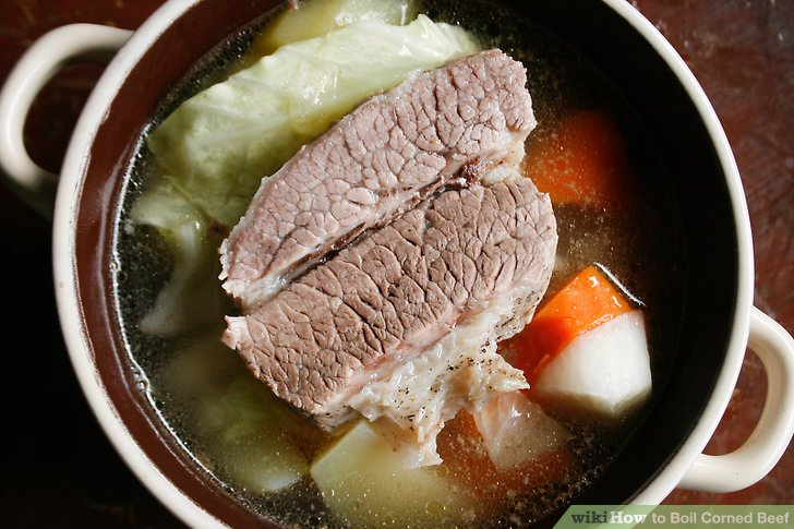 Etwas von jedem Gemüse in eine große Suppenschüssel geben.