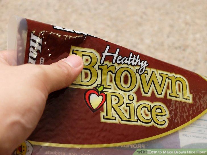 Kaufen Sie ein Paket mit braunem Bio-Reis.