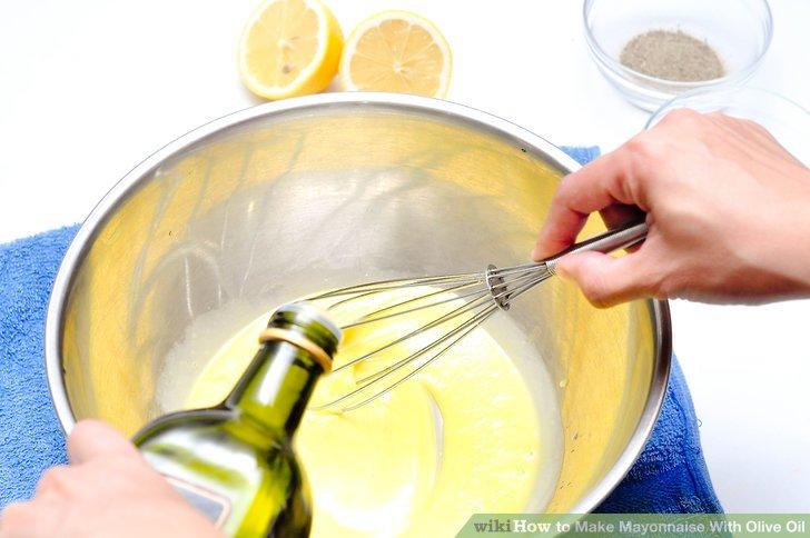Fügen Sie den Eiern jeweils einen Tropfen Olivenöl hinzu.