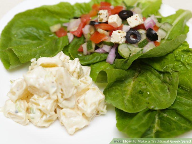 Bauen Sie Ihren griechischen Salat zusammen.