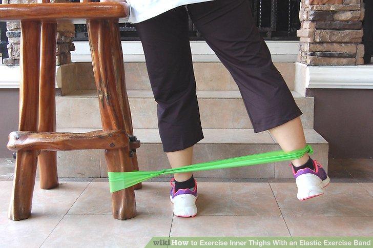 Wechseln Sie das Gummiband zu Ihrem anderen Knöchel, wenn Sie bereit sind, den anderen Oberschenkel zu bearbeiten, und schauen Sie in die entgegengesetzte Richtung, sodass sich Ihr anderer Knöchel dem gesicherten Ende des Gummibandes am nächsten befindet.