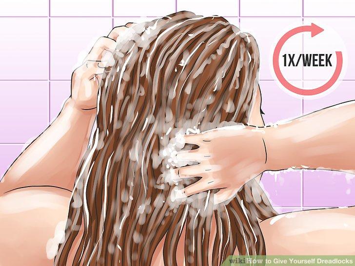 Wasche deine Haare einmal pro Woche mit Shampoo.