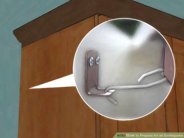Befestigen Sie große Gegenstände sicher an Wänden und Boden.