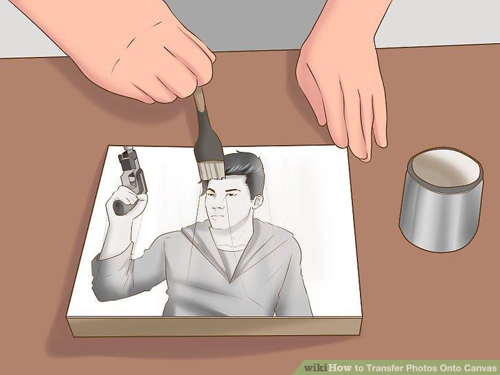 Tragen Sie eine letzte Schicht Gel-Medium auf die Leinwand auf, nachdem Sie das Papier entfernt haben.