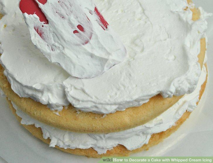 Çırpılmış kremalı krema kaseden pastanızın üstüne aktarın.
