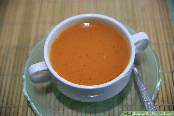 Machen Sie pikante Erdnusssuppe.