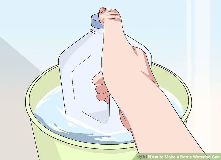 Fülle die Flasche in einen Eimer.