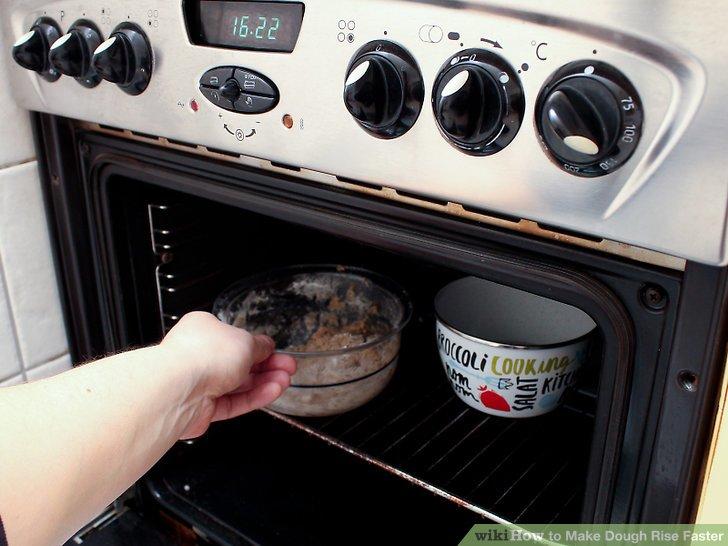 Legen Sie den Teig in eine ofenfeste Pfanne und legen Sie ihn in den Ofen.