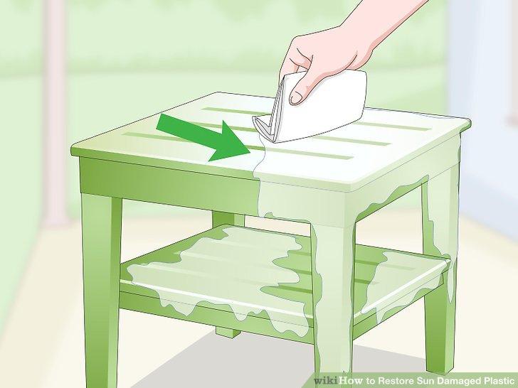 Trocknen Sie den Kunststoff mit einem Mikrofasertuch.