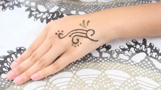 3 Cara untuk Memakai Henna untuk Kulit - wikiHow
