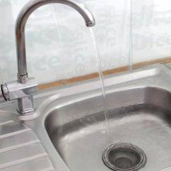 Kitchen Prep Sink Desks 3种方法来疏通厨房水槽 以unclog A Step 1为标题的图片