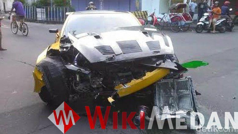 Nissan GT-R yang Tabrak Trotoar