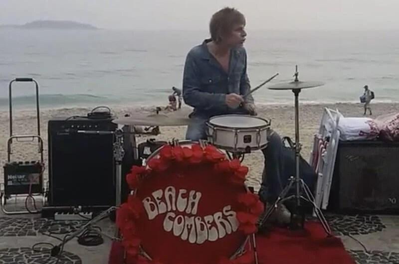 Zak Starkey, baterista do The Who, toca com músicos em praia no RJ