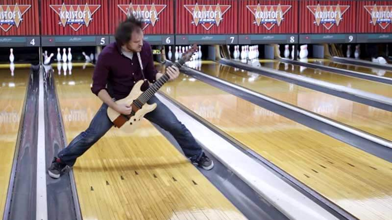 Rob Scallon toca Heavy Metal no carro, na yoga, no boliche, no banheiro
