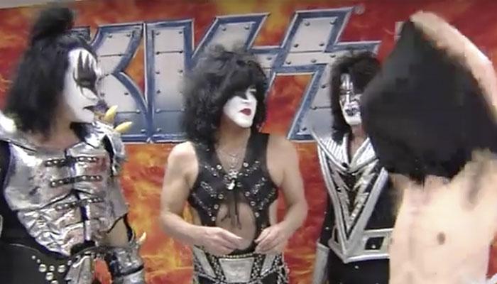 Em vídeo de 2012, Kiss força entrevistador a tirar a camiseta do Iron Maiden