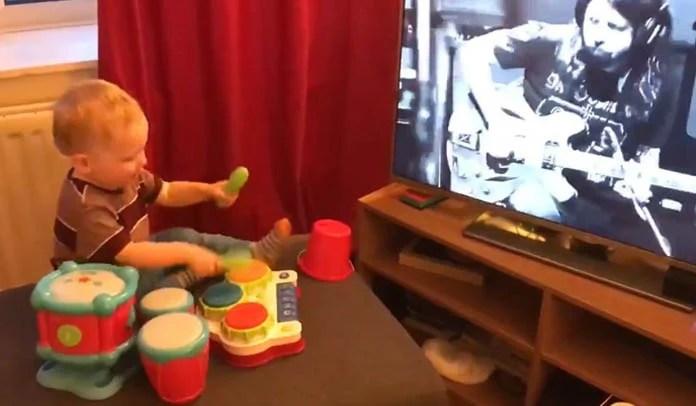 Bebê toca bateria de brinquedo ao assistir documentário de Dave Grohl e músico responde