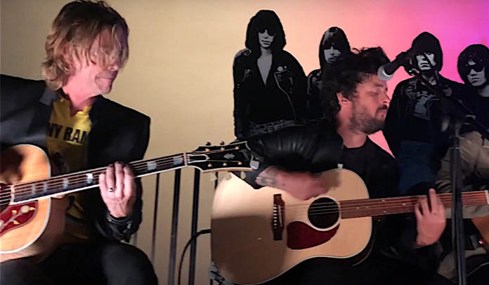 Duff McKagan e Billie Joe tocam clássicos dos Ramones em tributo a Johnny Ramone