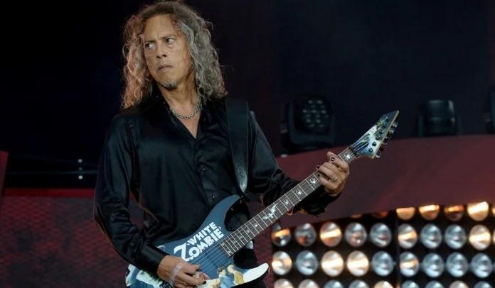 Kirk Hammett cai no palco em show do Metallica e Lars tira sarro; assista o vídeo