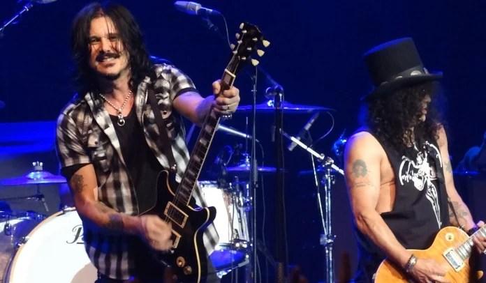 Guitarrista Gilby Clarke tocando com Slash