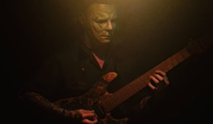 Personagem do filme clássico Halloween, Michael Myers, tocando guitarra