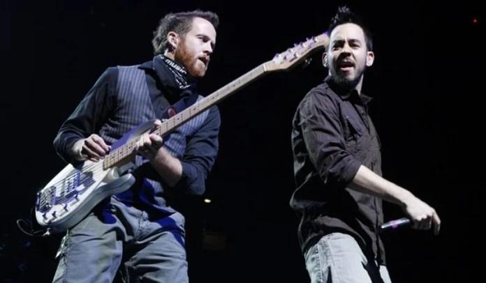 Foto de Mike Shinoda e Dave Farrell em show do Linkin Park
