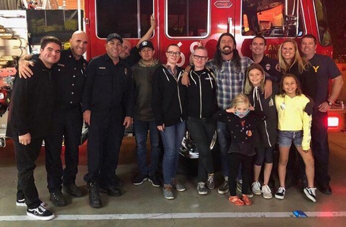 Dave Grohl prepara churrasco para bombeiros da Califórnia