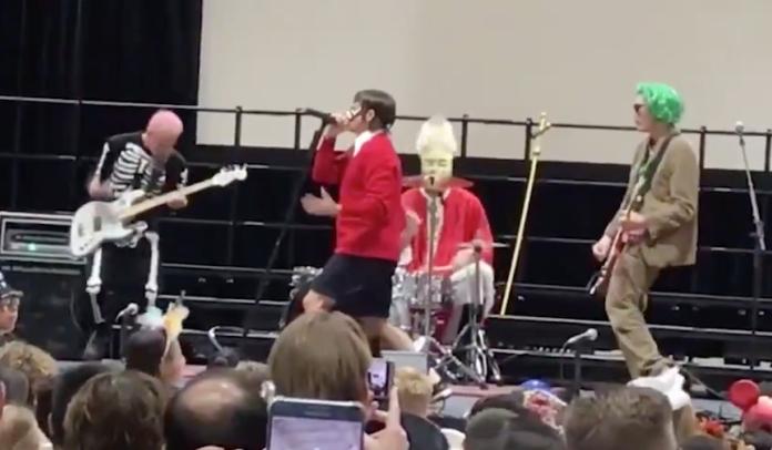 Red Hot Chili Peppers se apresentando em escola dos filhos de Chad Smith