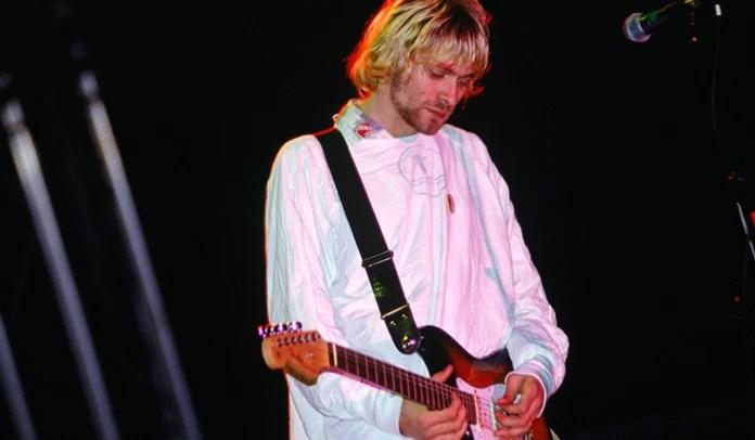 Kurt Cobain: avental hospitalar vestido por músico no icônico show de Reading será leiloado