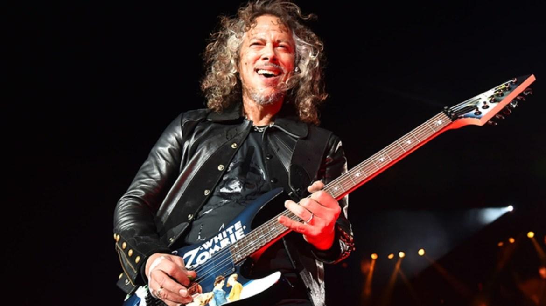 Kirk Hammett escorrega no pedal Wah-Wah e cai
