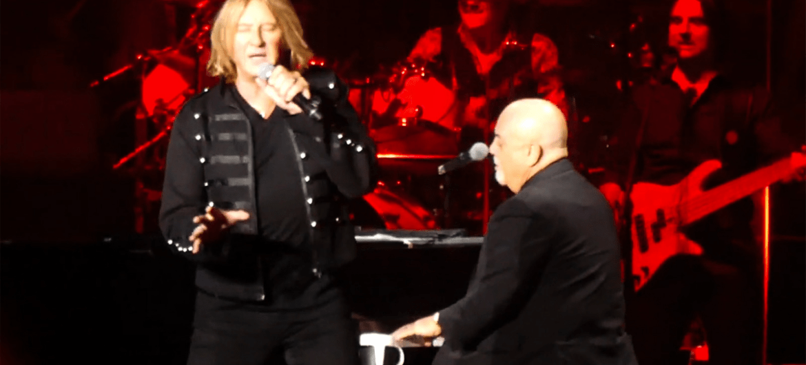 "Joe Elliott, do Def Leppard, canta ""Pour Some Sugar on Me"" com Billy Joel"