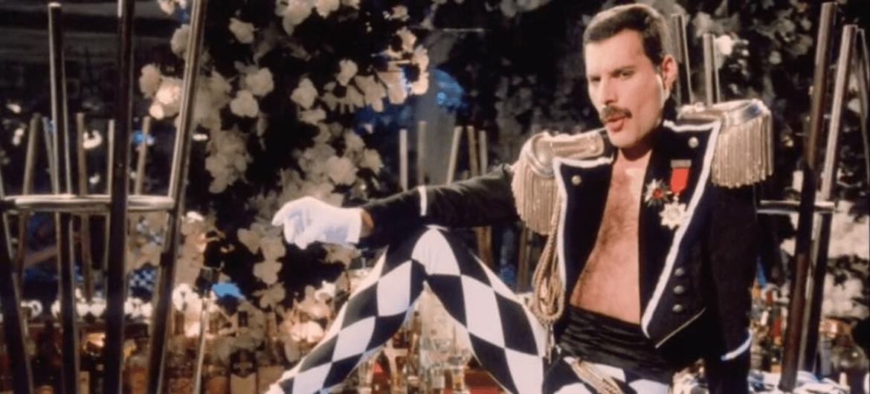 "Freddie Mercury no clipe de ""Living On My Own"""