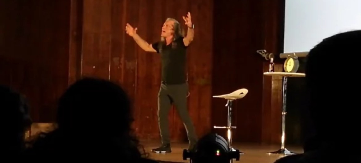 "Bruce Dickinson canta ""Chemical Wedding"" em palestra 'What Does This Button Do?'"